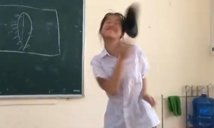 Nữ sinh bị ném 'vật thể lạ' vì làm dáng trong lớp