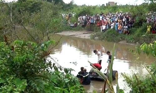 Ô tô vớt dưới kênh
