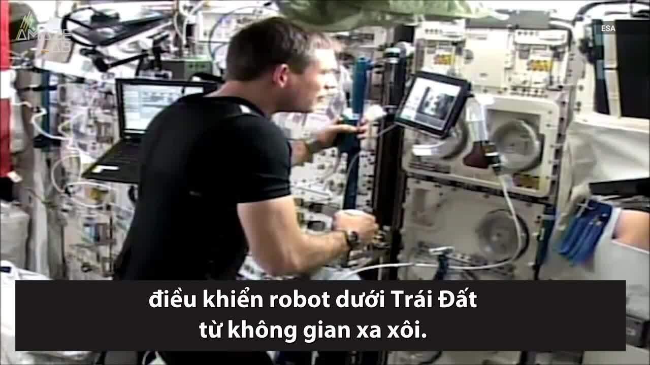 Phi hành gia điều khiển robot chính xác từng mm