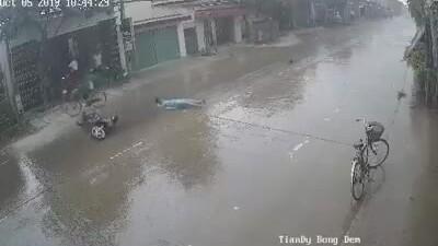Xe máy trượt hàng chục mét trong cơn mưa