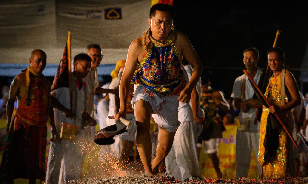 Lễ hội bước chân trần trên than nóng tại Thái Lan