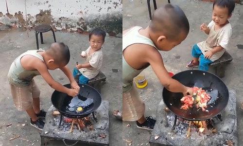 Cậu bé tự tay nấu ăn chăm sóc em trai