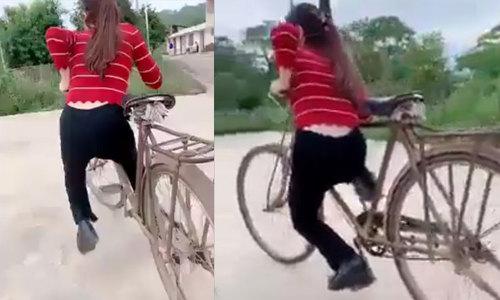 Cô gái dùng chân khi phanh xe đạp