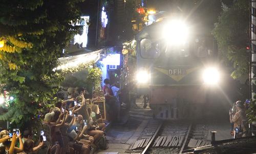 Du khách kéo đến xóm đường tàu trước ngày đóng cửa