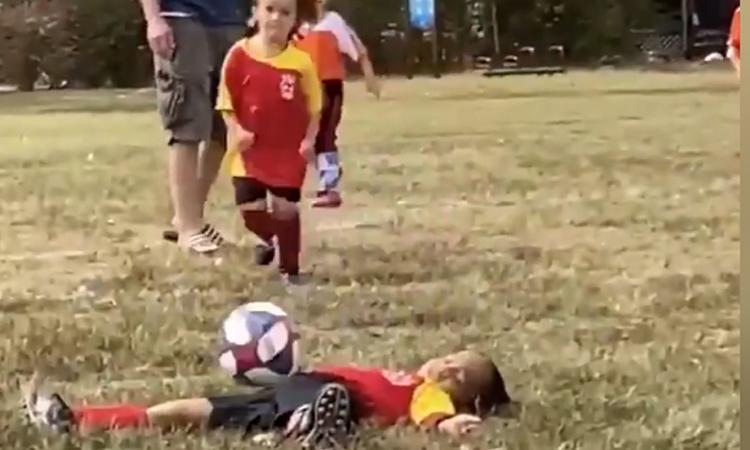 Cầu thủ nhí 'ăn vạ' đỉnh cao khi va chạm