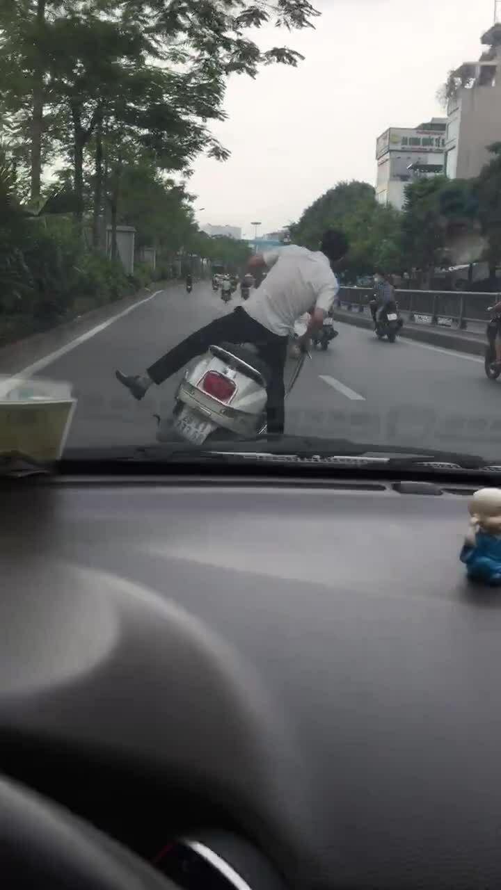 Thanh niên tự ngã xe máy như say rượu