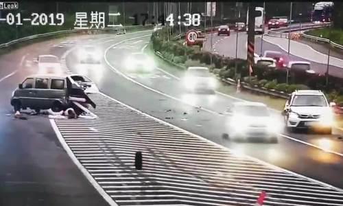Hai người rơi khỏi ôtô sau tai nạn liên hoàn trên cao tốc