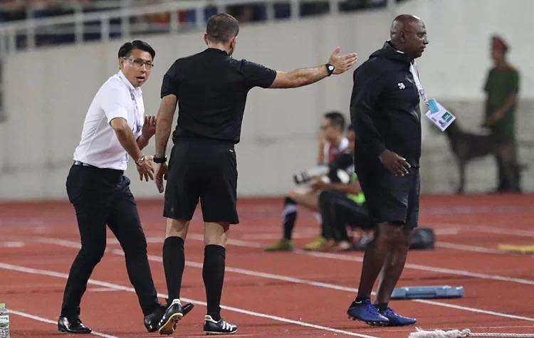 HLV Malaysia bỏ họp báo sau trận