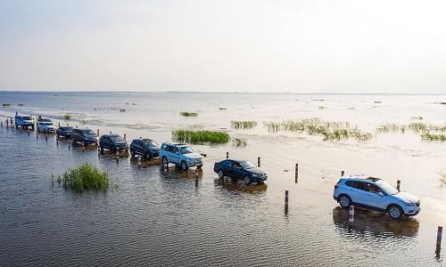 Con đường dưới nước chia đôi hồ lớn nhất Trung Quốc