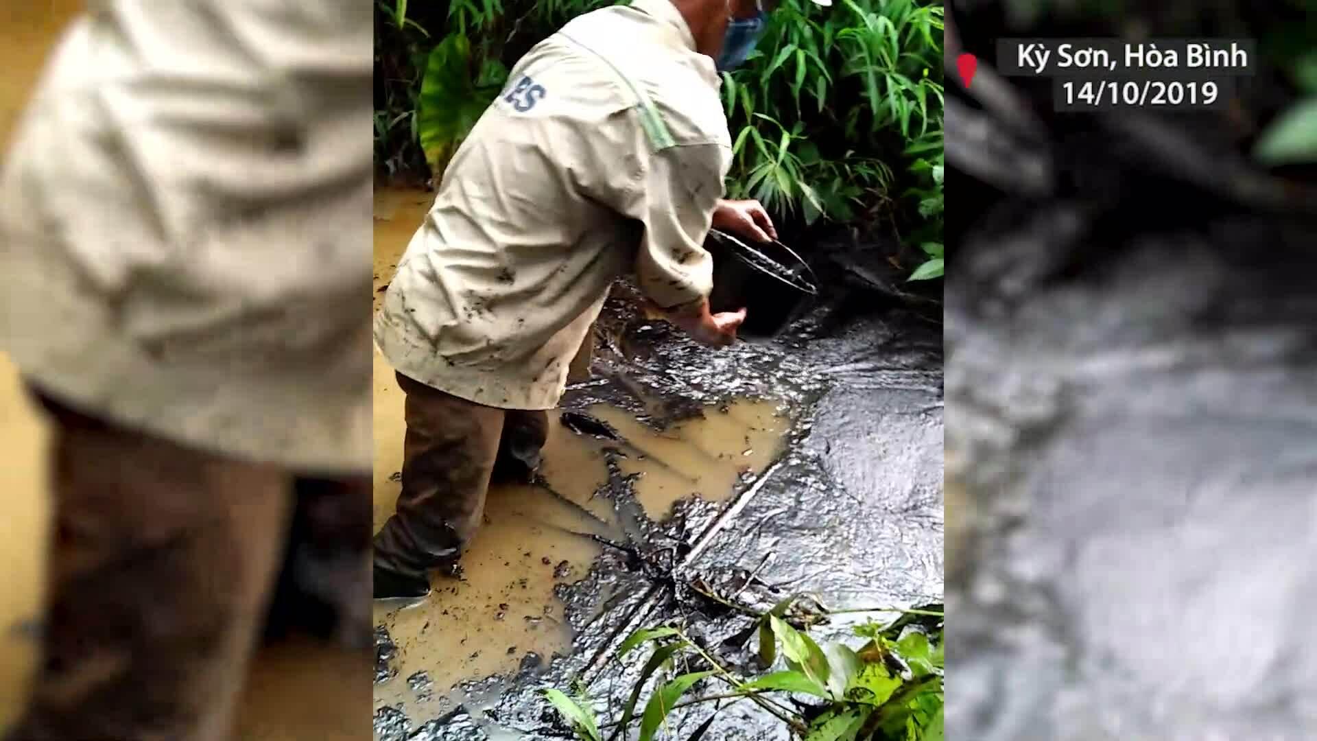 Nước chảy vào nhà máy nước sông Đà bị đổ trộm dầu