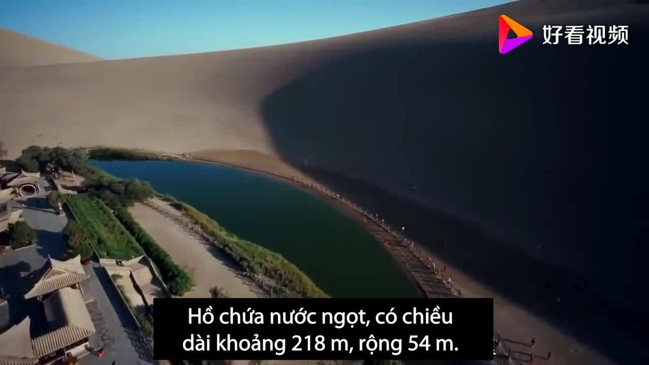 Hồ bán nguyệt 2000 năm giữa sa mạc Trung Quốc