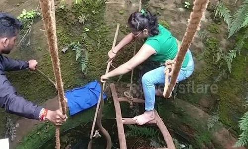Người phụ nữ leo xuống giếng cứu rắn hổ mang