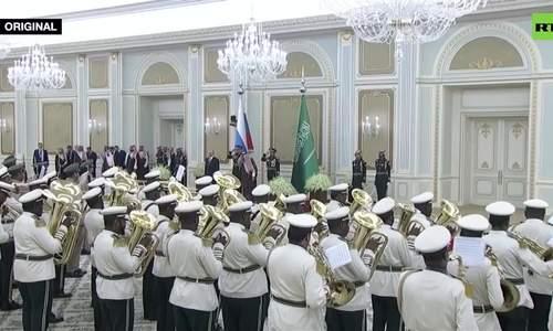 Quân nhạc Arab Saudi cử hành lạc điệu quốc ca Nga