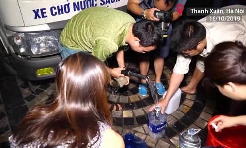 Người dân Hà Nội thức tới 1h sáng để lấy nước sạch