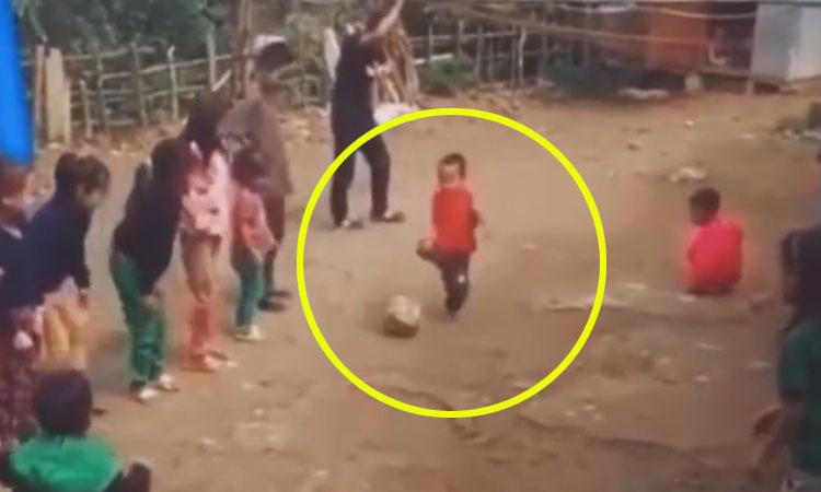 Cậu bé chạy đà sút bóng khiến mọi người cười ngất