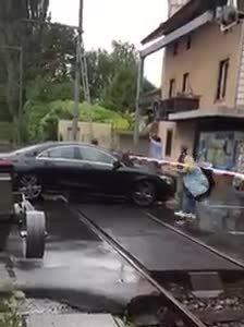 Ôtô Mercedes suýt bị tàu hỏa đâm