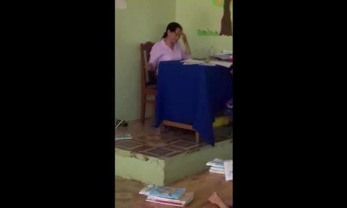 Cô giáo ném tập học sinh xuống đất