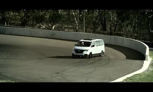 Xe van chở 8 người drift như xe đua