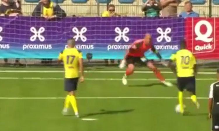 Màn dàn xếp đá penalty khiến thủ môn chào thua