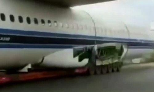 Xe tải chở máy bay mắc kẹt dưới gầm cầu vượt