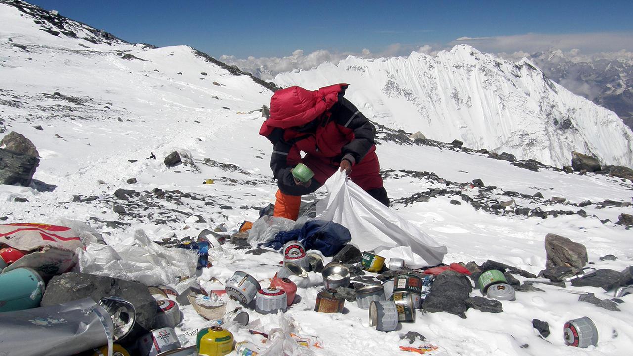 Hàng tấn rác trên đỉnh Everest được 'tái sinh'