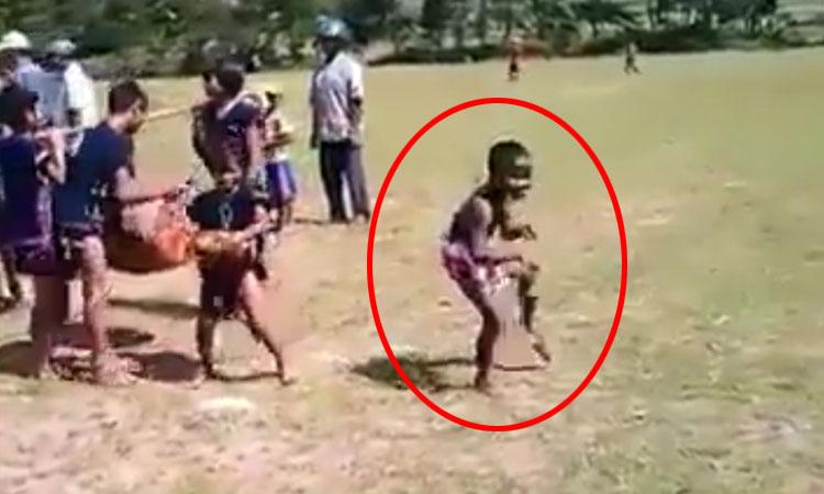 Bé trai thể hiện 'thần thái siêu phàm' trong ngày hội bản làng