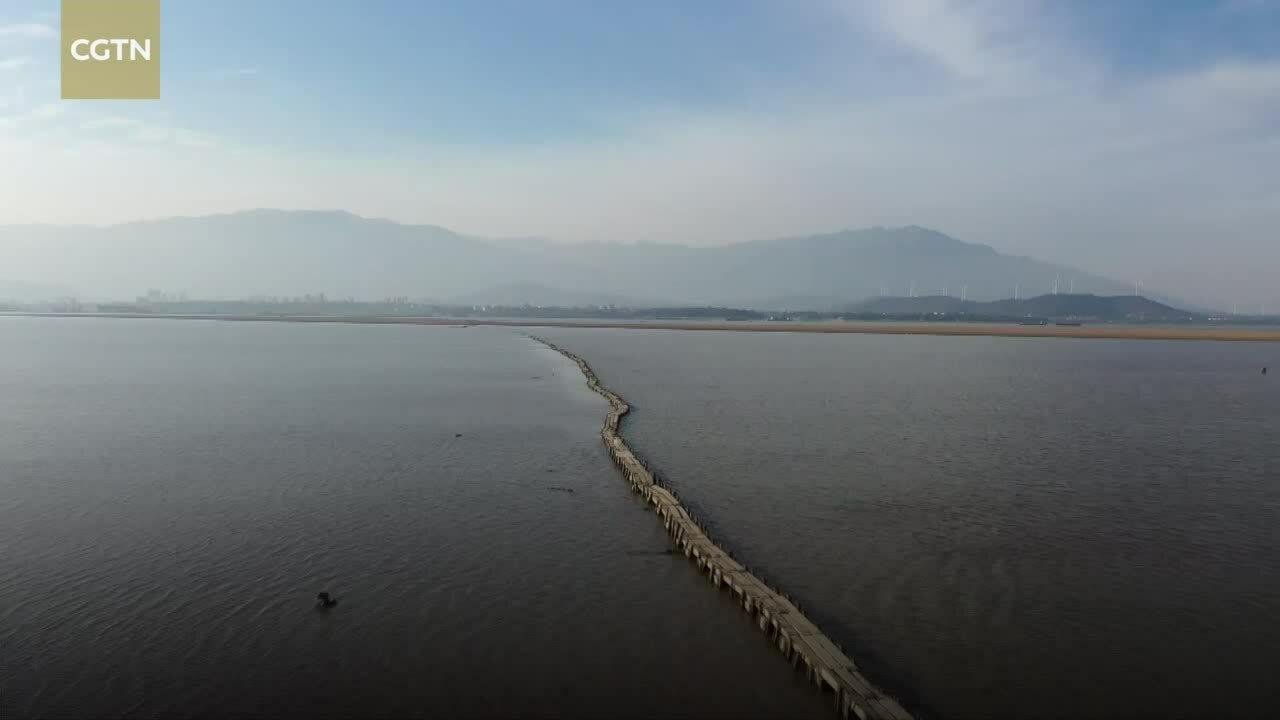 Cầu đá 400 năm tuổi nhô lên giữa hồ