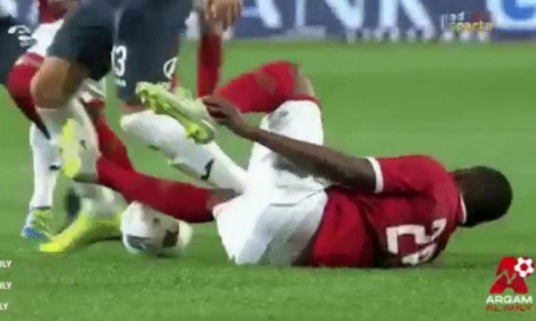 Cầu thủ giả vờ đau rồi cướp bóng trong nháy mắt