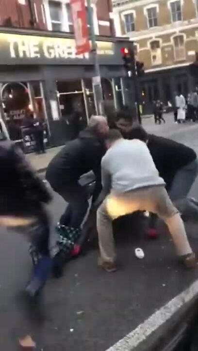 Tên cướp vũ trang bị người dân quây đánh giữa phố
