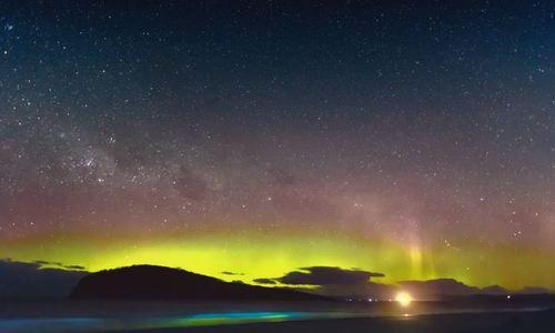 Cực quang nhảy múa trên bãi biển phát sáng
