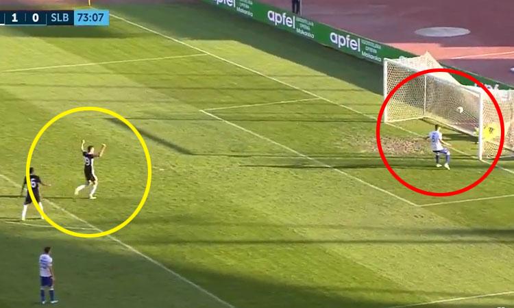 Thủ môn bị thủng lưới vì mải ăn mừng bàn thắng 'ma'