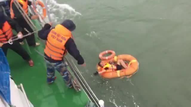 Video cứu thuyền viên tàu chìm