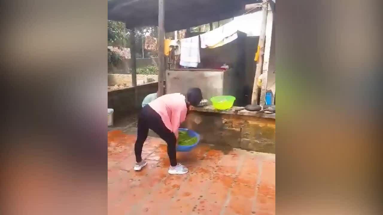 Cô gái 'muốn độn thổ' khi trổ tài vẩy rau