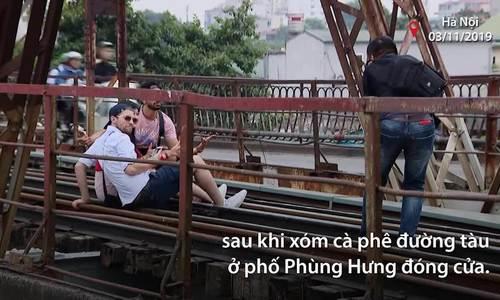 Du khách tụ tập chụp ảnh trên cầu Long Biên