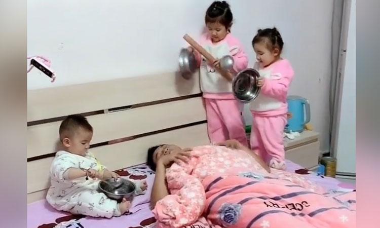 3 cô con gái dùng nồi nấu ăn đánh thức bố dậy