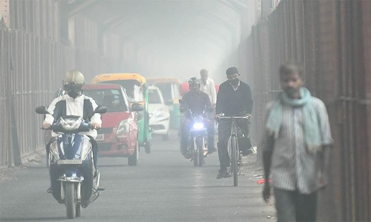 Dân Ấn Độ 'bơi' trong khói mù ô nhiễm