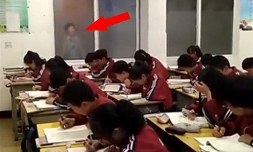 Cả lớp 'đứng hình' khi thấy bóng giáo viên ngoài cửa