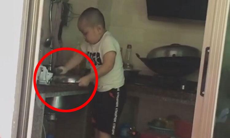 Cậu bé nhún nhảy rửa bát giúp mẹ
