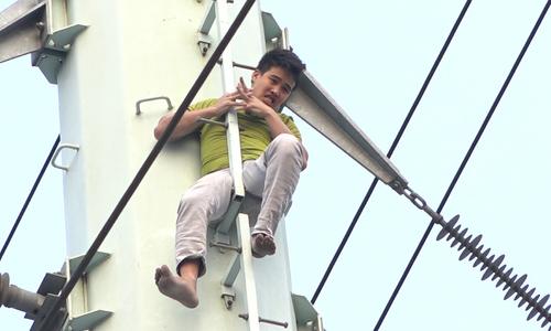 Nam thanh niên cố thủ nhiều giờ trên cột điện cao thế