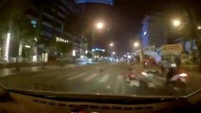 Người đi xe máy ngã trước đầu ôtô