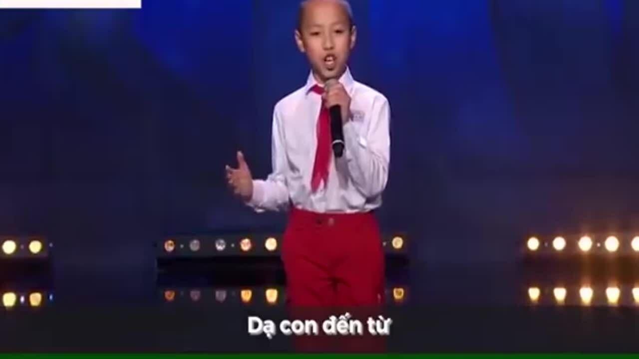 Cậu bé gốc Việt đeo khăn quàng 'gây bão' tại Got Talent Thụy Điển