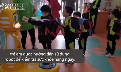 Học sinh tiểu học được kiểm tra sức khỏe bằng robot