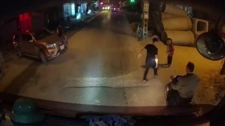 Tài xế container dừng xe đắt bà cụ qua đường