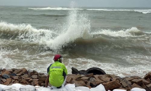 Hàng trăm người gia cố kè biển bị vỡ trước bão