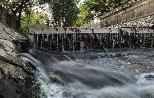 Nước thải đầu độc sông hồ Hà Nội