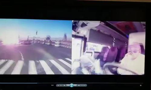 Rocket phát nổ ngay sát ôtô