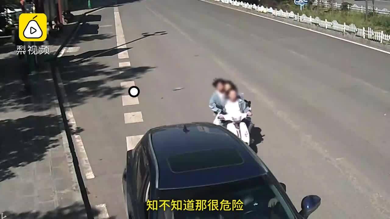 Xe máy chở 3 nữ sinh lao vào ôtô đang đỗ