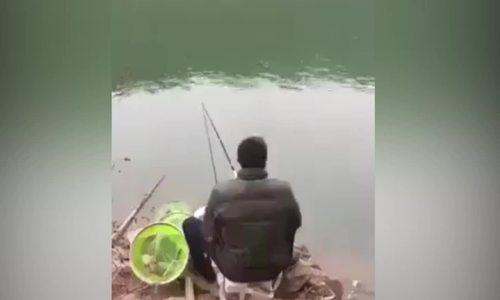 Nam thanh niên nhảy xuống hồ vì bị cá 'cướp' cần câu