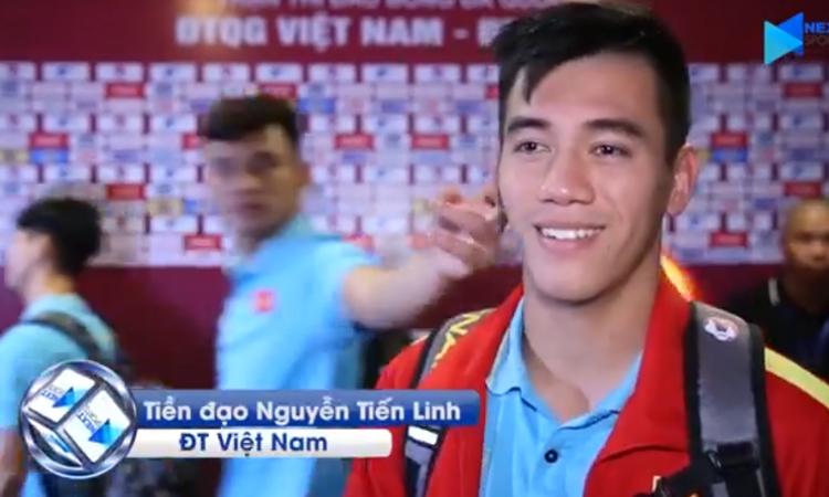 Tiến Linh bị đồng đội véo má, xoa đầu khi trả lời phỏng vấn