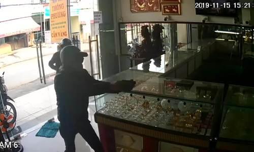 Hai tên cướp tiệm vàng Hóc Môn